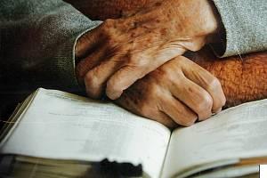 Čtení z bible v hospici. Ilustrační foto.