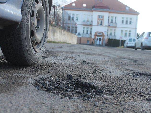 Díry v asfaltu ve znojemské ulici I. P. Pavlova.