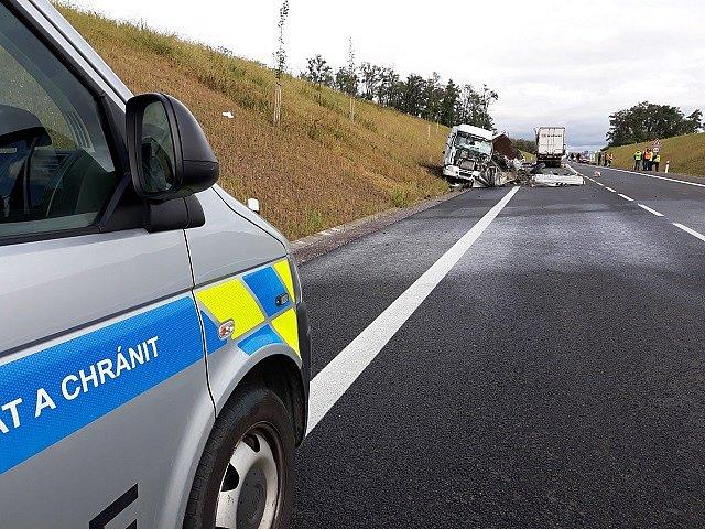 Tragická srážka dvou nákladních aut uzavřela nedávno dokončený obchvat Lechovic na silnici I/53.