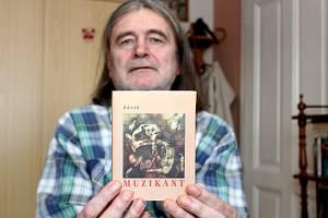 Milan Smrčka, který používá umělecký pseudonym Záviš, oslavil loni šedesátiny. V lednu 2017 pokřtil v pražském klubu Vagon novou knihu básní.