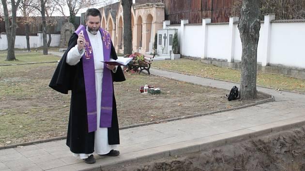 Do hromadného hrobu byly uloženy ostatky předků, nalezené v kapli sv. Václava ve Znojmě.