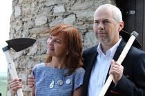 Jak náročná je práce na vinohradu, si vyzkoušeli i Marek Eben a Beata Rajská.