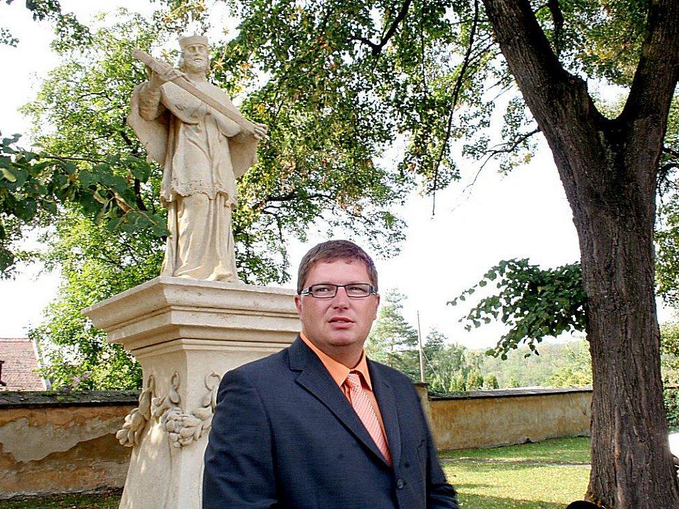 Starosta Tomáš Třetina u zrekonstruované sochy Jana Nepomuka v Moravském Krumlově.