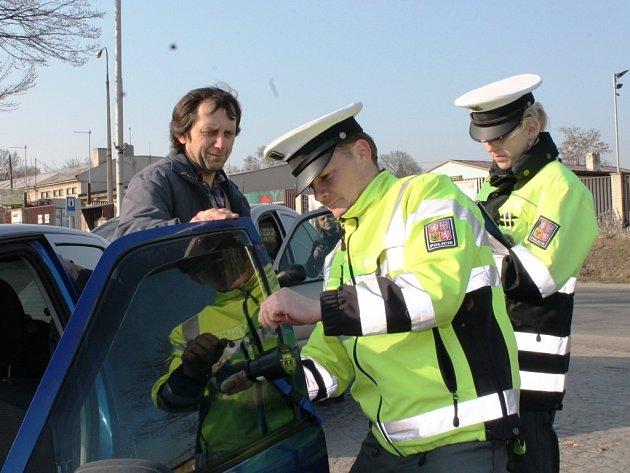 Policisté kontrolují propustnost skel.