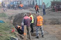 Tři velkomoravské hroby odhalily práce na stavbě nové silnice na znojemském Hradišti.  Záchranné práce tam provádí tým pod vedením archeologa Davida Humpoly ze znojemského pracoviště brněnského Ústavu archeologické památkové péče.