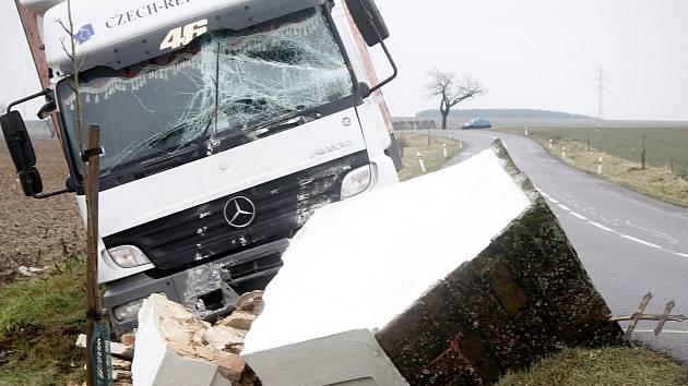 Nehoda nákladní auta na silnici mezi Znojmem a Hlubokými Mašůvkami. Kamion rozboural kapličku.