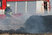 Na strništi u Břežan hasiči likvidovali požár několika desítek balíků slámy.