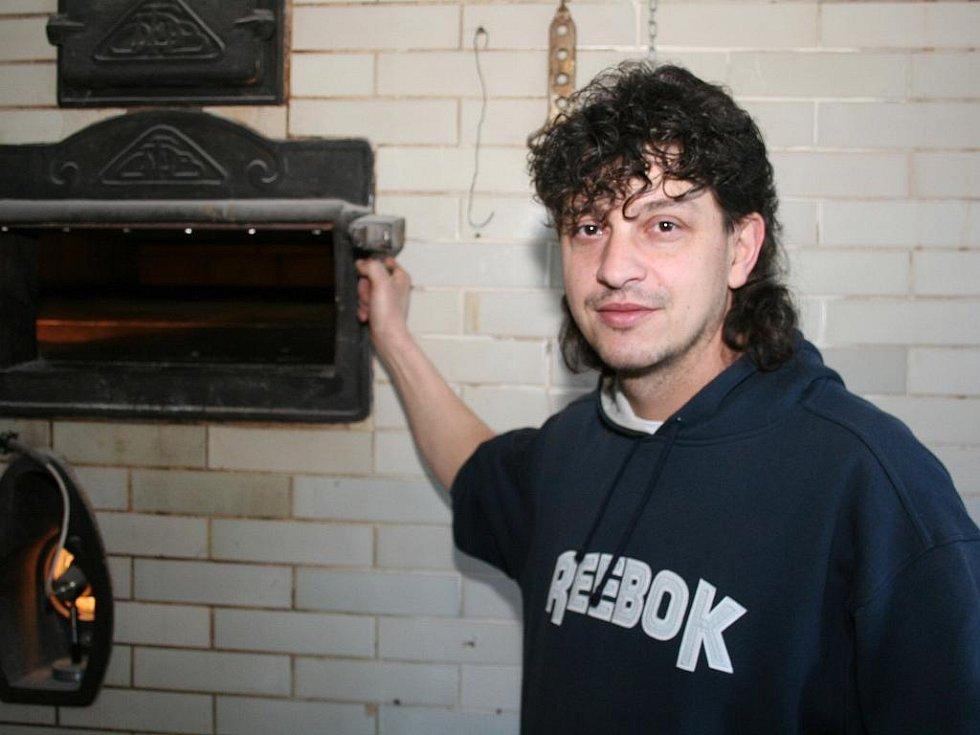 Vladimír Polášek z Moravských Budějovic začal dvacátého prosince péci tradiční chléb v sedmdesát let staré parní pekárně v Jevišovicích.