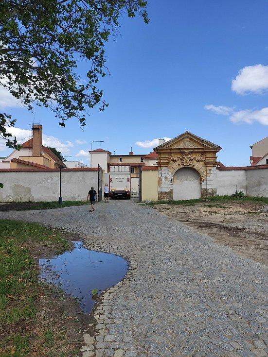 Plátna Slovanské Epopeje a jejich příjezd na zámek do Moravského Krumlova