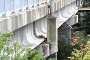 Kusy betonu odpadávají z velmi vytíženého mostu v Přímětické ulici ve Znojmě.