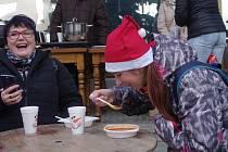 Na Štědrý den dopoledne nalévali dobrovolníci ve Znojmě polévku. Dobrovolné příspěvky pomohly chudým dětem.
