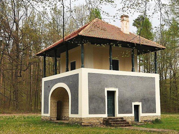 Čížovský letohrádek byl postaven v bývalé Čížovské oboře na přelomu 18. a 19. stol. a sloužil loveckým účelům. Leží na trase z Lesné na Ledové sluje.