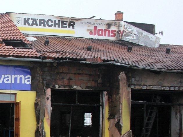 Přes tři hodiny bojovalo osm jednotek hasičů s požárem prodejny na okraji vsi Dyje u Znojma.