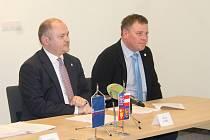 Hejtman Michal Hašek a předseda dozorčí rady Svazu vinařů ČR František Mádl.