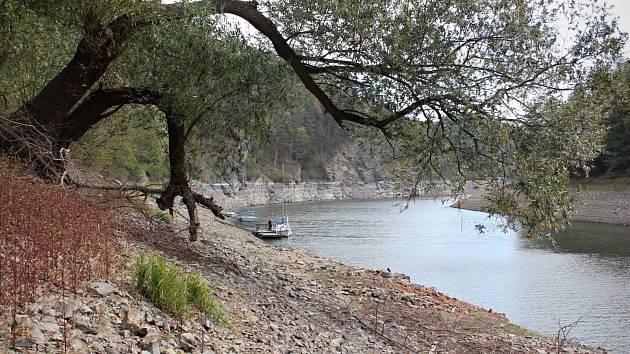 Nízký stav hladiny na Vranově odhalil jindy skrytou část přehrady.