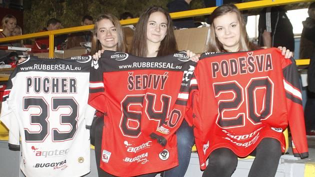 Znojemští hokejisté se rozloučili s nejúspěšnější sezonou v historii znojemského hokeje autogramy a fotografiemi fanouškům. Téměř kompletní kádr týmu i s realizačním týmem se podepisoval dvě hodiny. O akci byl obrovský zájem.