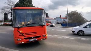 Kolegu uctili kolonou autobusů.