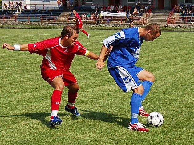 Útočník Matúš Minarech (v červeném dresu) při obranné práci.