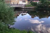 Auto sjelo ve Vranově nad Dyjí do řeky. Vytáhli jej hasiči.