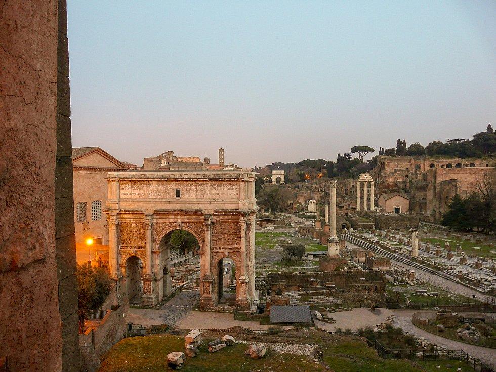 Pohled z Kapitolinských muzeí na slavné Forum Romanum.