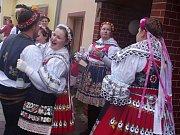 První představení odehráli studenti z krumlovského spolku Eďas.