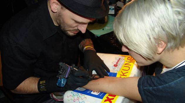 Už třetí ročník charitativního tetovacího happeningu ZKruhu se konal ve Znojmě. Do klubu Chevignon se tak opět sjeli špičkoví tatéři z celé České republiky.