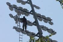Umělé osvětlení na znojemském fotbalovém stadionu.