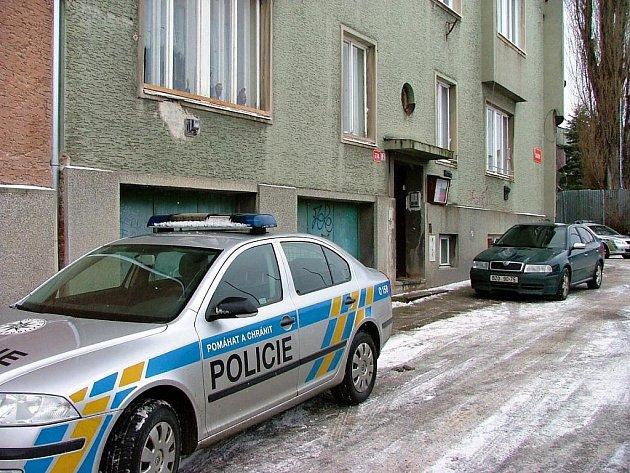 Kvůli unikajícímu plynu z karmy zemřela v domě na Chelčického ulici mladá dívka.