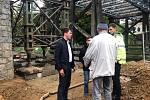 Specializovaná firma opravuje most přes Dyji pod znojemskou přehradou. Na snímku v dřívější fázi bez dřevěných částí.