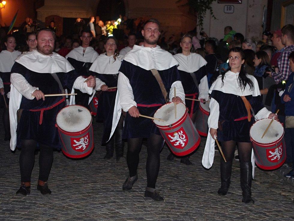 K vrcholům pátečního programu Znojemského historického vinobraní patřil průvod českého krále Jana Lucemburského a jeho choti královny Elišky Přemyslovny. Průvod zahajovali královští trubači a bubeníci.