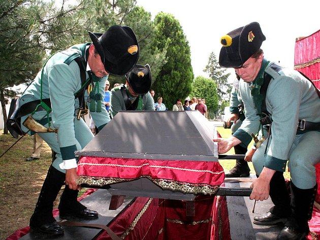 Pohřeb ostatků napoleonských vojáků.