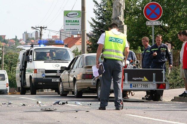Policisté vyšetřují nehodu. Na silnici jsou úlomky z motorky.