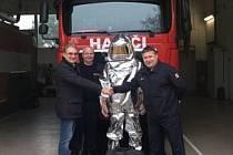 Dva speciální obleky, které mají hasiče ochránit před působením vysoké teploty, dostali hrušovanští hasiči.