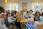 Klienti Domova seniorů v Šanově na Znojemsku při zpívání koled.