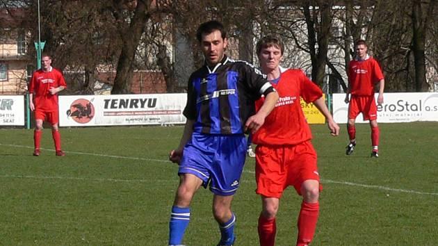 FINIŠ. Na slavkovské fotbalisty (v červeném) dnes čeká poslední souboj o body v letošní sezoně. Tu zakončí nástupem proti Velkým Pavlovicím.