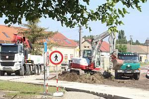 Kruhový objezd začala specializovaná firma stavět uprostřed Hevlína v pondělí 17. srpna 2020. Hotovo má být do konce listopadu 2020.