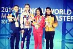 Znojemská thaiboxerka Viktorie Bulínová (první zleva) získala na mistrovství světa bojových uměních stříbrnou medaili.
