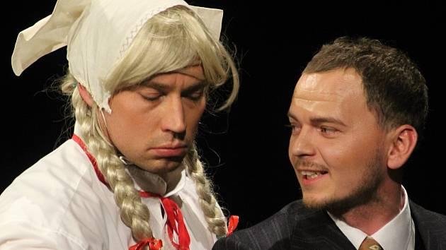 Herci Divadelního studia Martiny Výhodové sehráli ve znojemském divadle Záskok Zdeňka Svěráka a Ladislava Smoljaka.