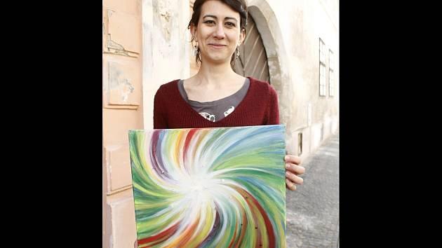 Šestadvacetiletá rodačka z Pardubic Kamila Podivínová vystavuje ve znojemské galerii Na Věčnosti svůj soubor pláten a také kresby.
