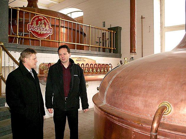 Starosta Znojma Zbyšek Kaššai převzal od ředitele pivovaru Starobrno Tomáše Pluháčka klíče od znojemského pivovaru.