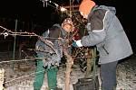 V noci na pátek 7. prosince klesly na Znojemsku teploty hluboko pod bod mrazu. Vinaři z Lechovic proto nad ránem vyrazili do vinic, aby posbírali zmrzlé hrozny pro každoroční lahůdku v podobě budoucího ledového vína.
