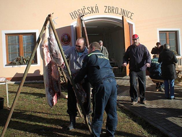 První obecní zabijačku uspořádali v sobotu v Boskovštejně. Organizace se ujali tamní hasiči.