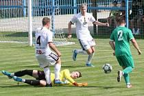 Fotbalisté Tasovic (v bílém) porazili druhou červnovou sobotu na domácím hřišti celek Bystrce 4:1. Foto: František Šimík