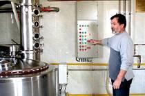 MODERNÍ TECHNOLOGIE. Zařízení v hodnotě kolem milionu korun používá ve své palírně v Citonicích Josef Taufer.