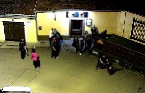 Ve Znojmě se poprali přímo pod kamerou strážníků