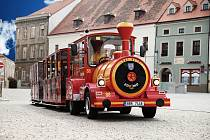 Turistický vláček ve Znojmě. V sezoně 2020 vyjede s měsíčním zpožděním kvůli koronaviru až na konci května.