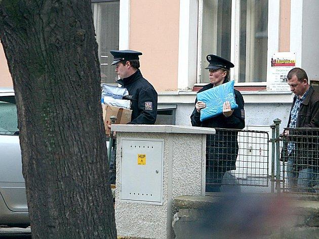 Kriminalisté vynášejí z domu, ve kterém sídlí Znojemský týden a bydlí jeho vydavatel Zbyšek Dřevojan počítače a další předměty.