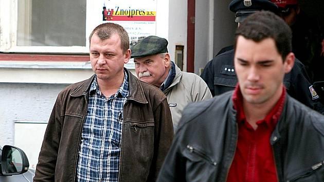 Kriminalisté odvádějí Zbyška Dřevojana.