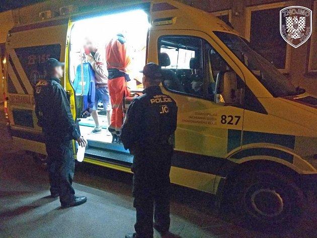 Ve dvě hodiny vnoci hulákal na celou ulici opilec vPražské ulici ve Znojmě. Lidé si na něj stěžovali, protože nemohli vklidu spát.
