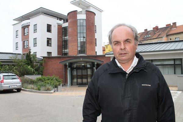 Pětapadesátiletý starosta Ladislav Březina před budovou energetické společnosti ve Znojmě, ve které kdysi pracoval.